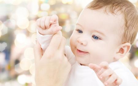 petit bébé tend la main