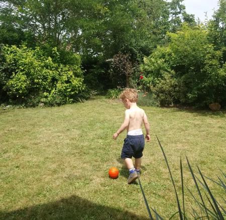 petit garçon avec ballon
