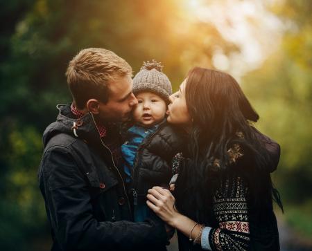Parents embrassant leur enfant