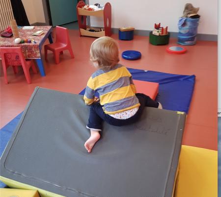 enfant qui bouge sur blocs de mousse dans lieu d