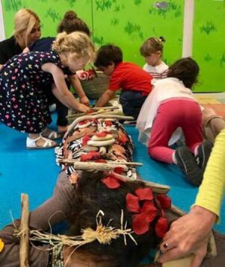 jeunes enfants jouent sur le corps d