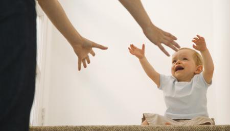 enfant tend les bras