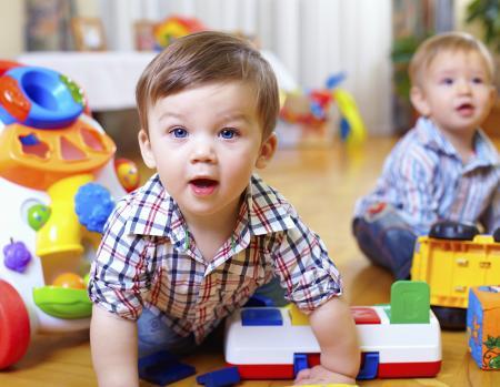enfants jouant au sol à la crèche