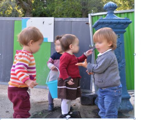 Enfants qui jouent en extérieur