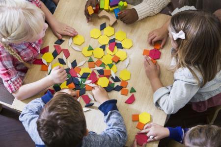 enfants école maternelle jouent