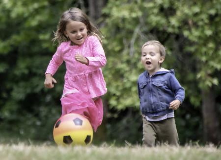 Enfants en mouvement vers un ballon