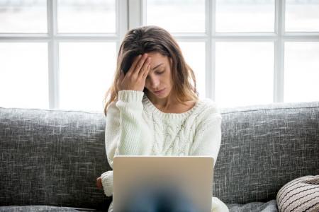 femme perplexe devant ordinateur