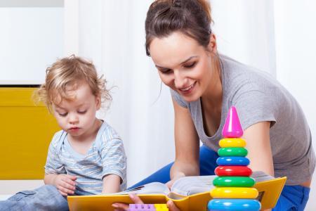 femme lit un livre à enfant