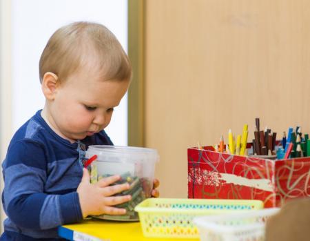 enfant avec jeu Montessori