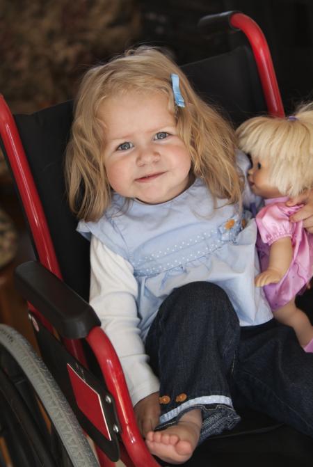 petite fille dans fauteuil roulant