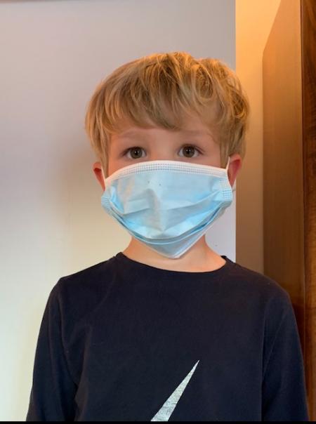 Petit garçon avec masque