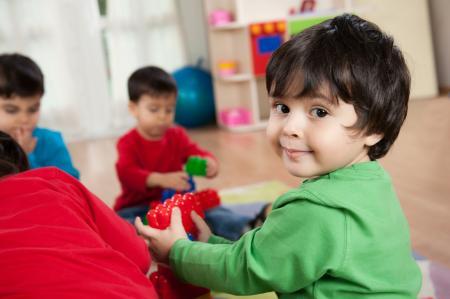 enfants jouent à la crèche
