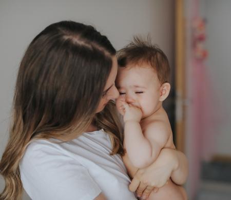 bébé pleurant dans les bras d