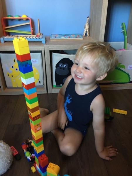 Petit garçon joue aux duplo