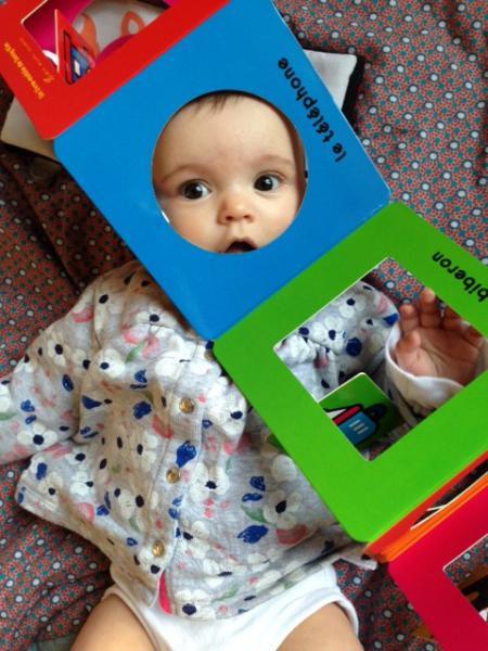 Bébé qui joue avec un livre