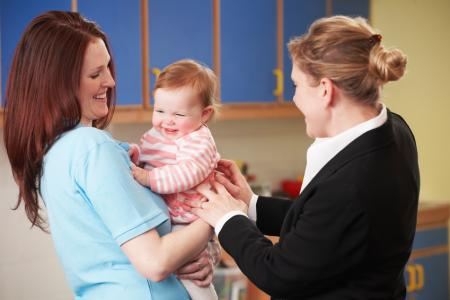 maman confie son bébé à une professionnelle