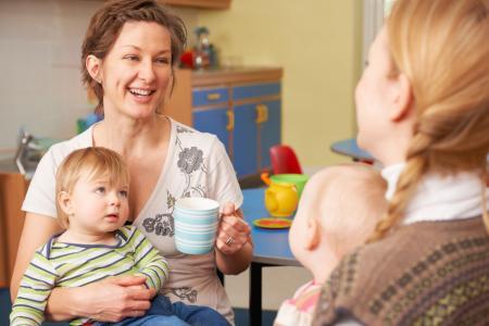 mère discute avec une professionnelle de la petite enfance en crèche