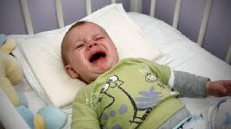 bébé pleure dans son lit