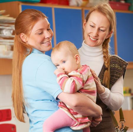 Une pro de la petite enfance accueille un bébé