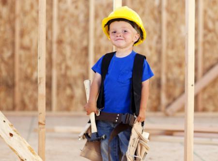 petit garçon avec casque de chantier