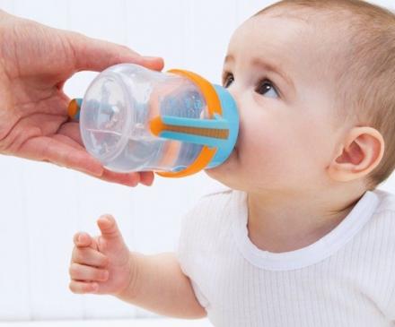 bébé boit