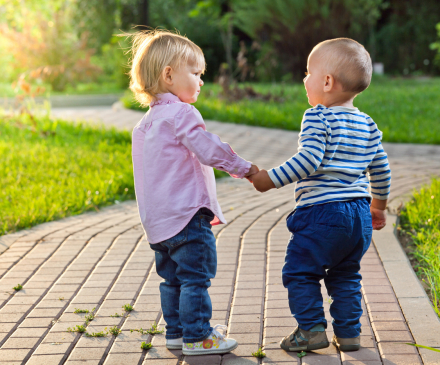 petits garçons se tenant la main dehors