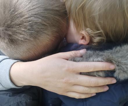deux enfants se font un bisou