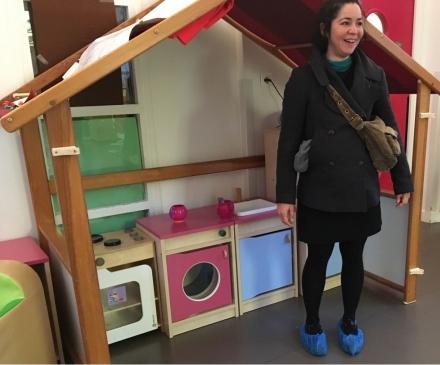 maman avec sur-chaussures dans crèche