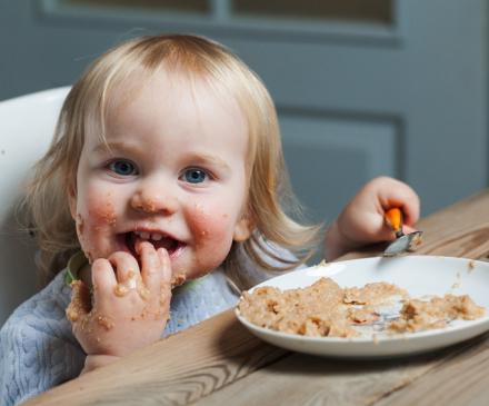 enfant qui mange seul