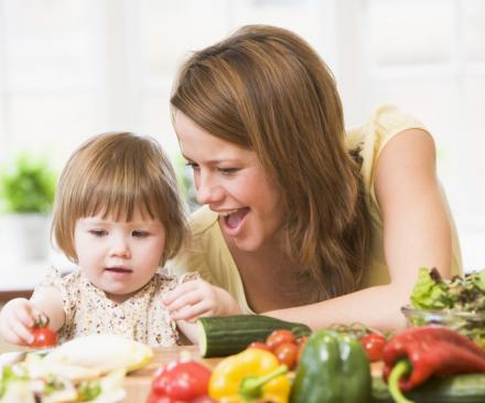 femme avec enfant qui mange