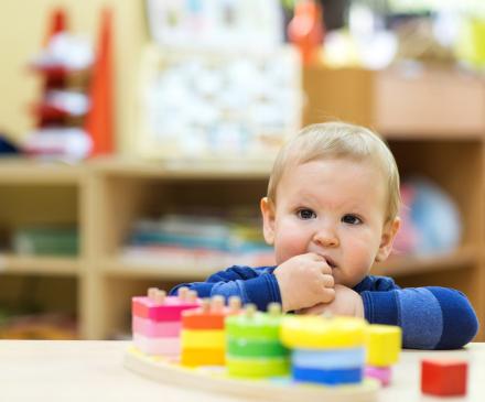 bébé qui joue dans une crèche