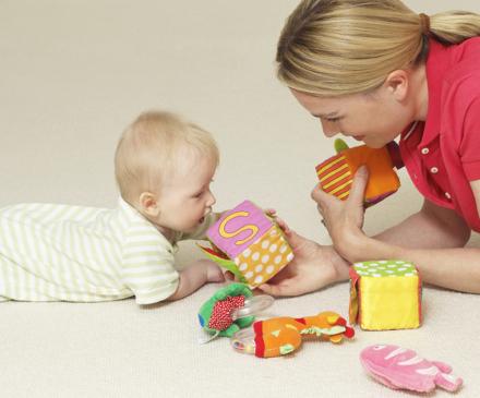 bébé et professionnelle jouent