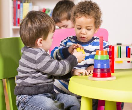 enfants qui font un jeu ensemble
