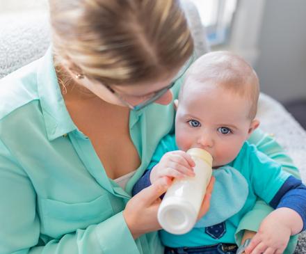 professionnelle donne biberon à bébé