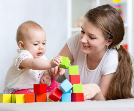 professionnelle qui joue avec un bébé