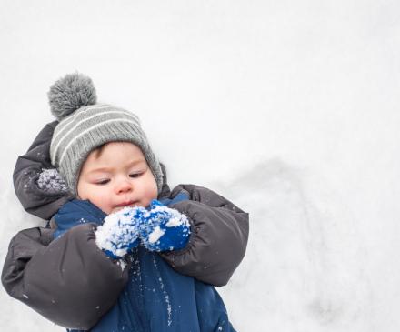 petit garçon dans la neige