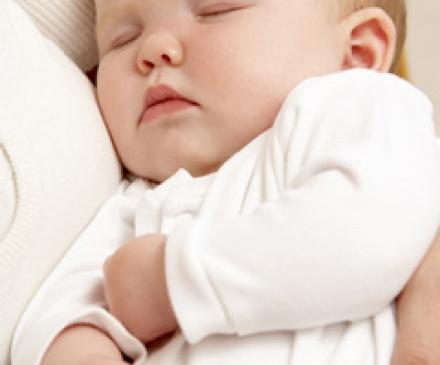 bébé endormi dans les bras