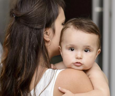 petit enfant dans les bras