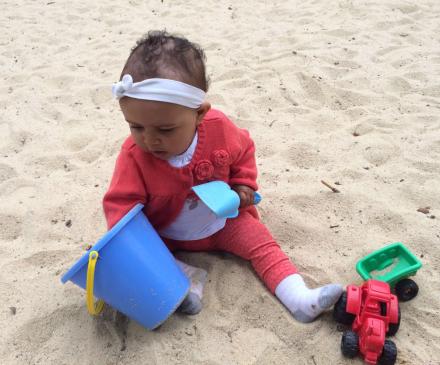 petite fille qui joue dans le sable