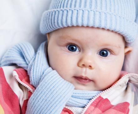bébé habillé pour l'hiver
