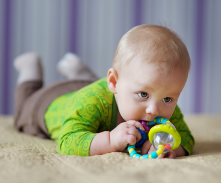 bébé à plat ventre