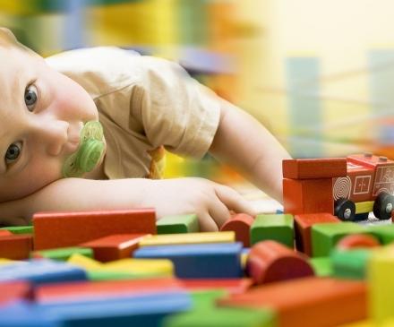 bébé triste avec jouets