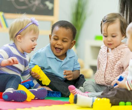 jeunes enfants heureux qui jouent ensemble