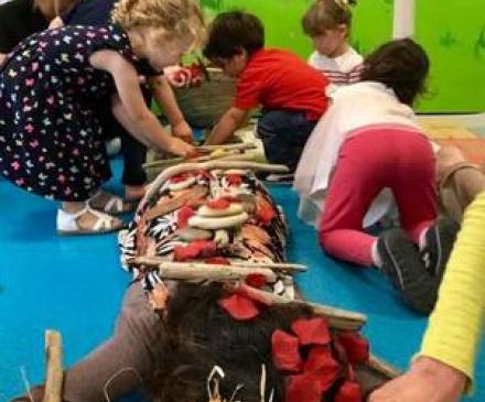 jeunes enfants jouent sur le corps d'un adulte