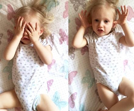 Bébé qui joue au coucou caché