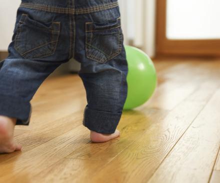 enfant commence à marcher pieds-nus