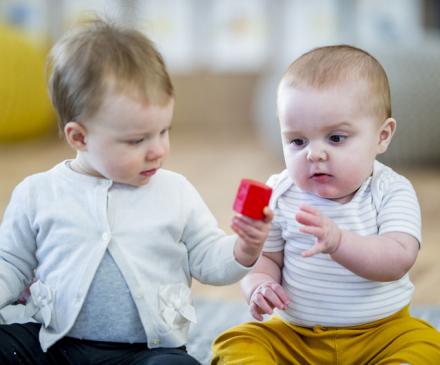 Deux bebes jouent