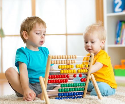 petits garçons qui jouent avec un boulier