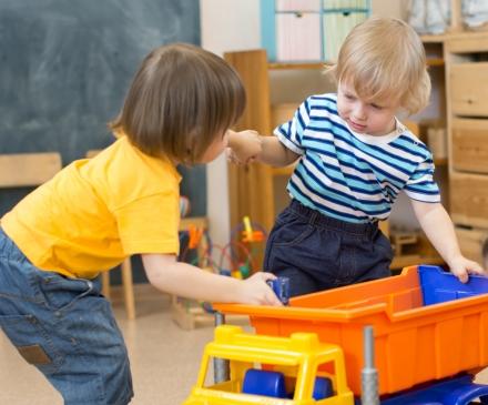 Enfants se disputant un jouet