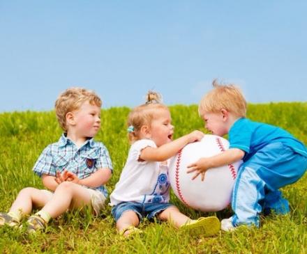 Enfants qui se disputent un ballon